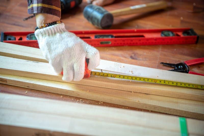 Edificio DIY mientras que cinta métrica usada Wor profesional del carpintero imagen de archivo libre de regalías