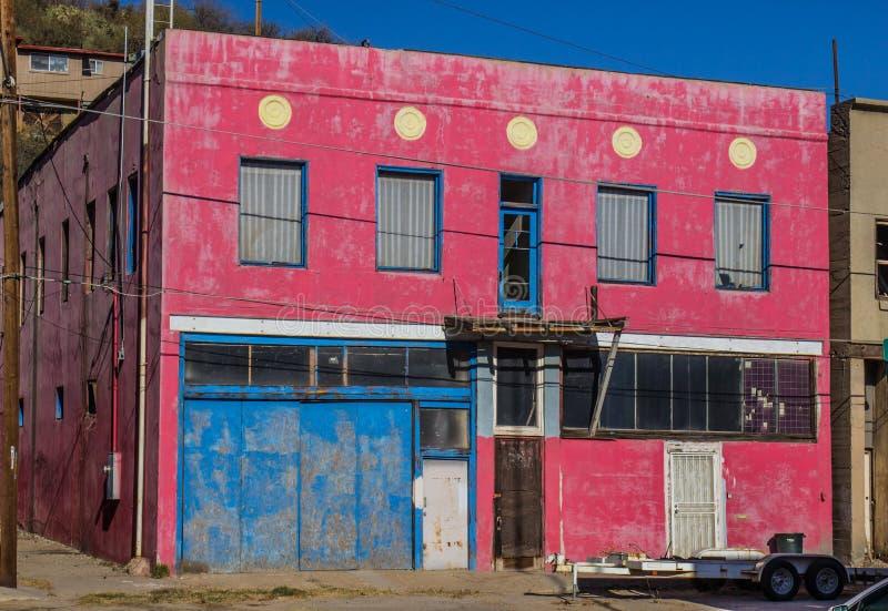 Edificio a due piani abbandonato con imbarcato sulle porte fotografia stock