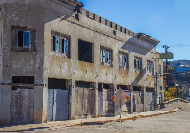 Edificio a due piani abbandonato con imbarcato sulle porte immagini stock