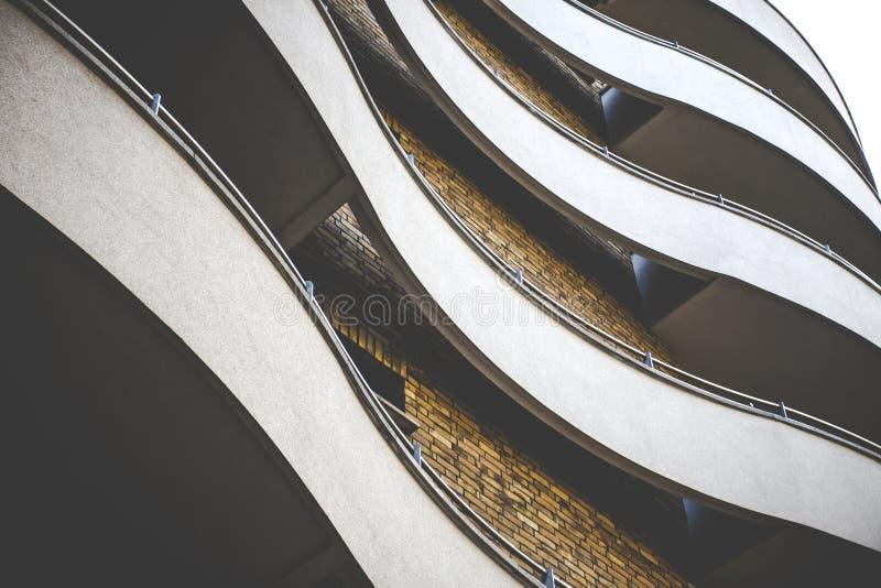 Edificio elegante Curvy con la fachada del ladrillo foto de archivo libre de regalías