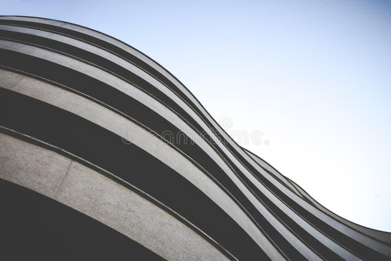 Edificio elegante Curvy con la fachada del ladrillo imagen de archivo libre de regalías