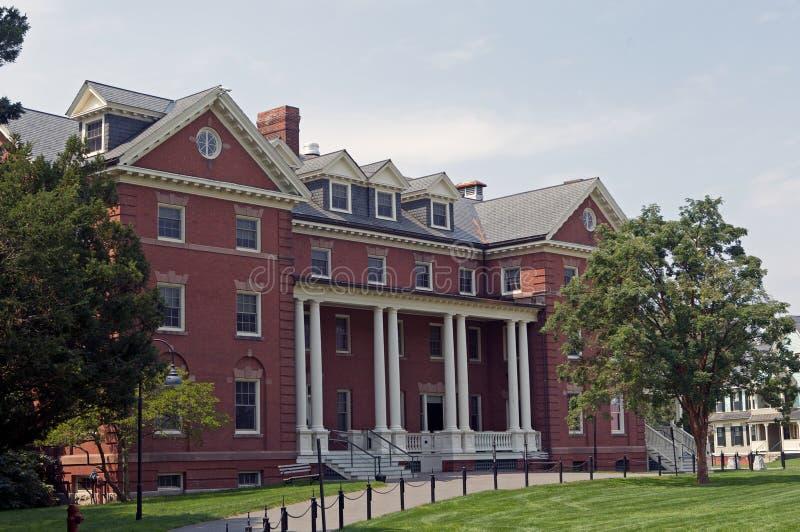 Edificio en campus de la universidad imágenes de archivo libres de regalías