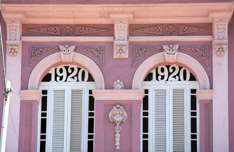 Edificio en colores pastel rosado en La Habana en Cuba fotos de archivo