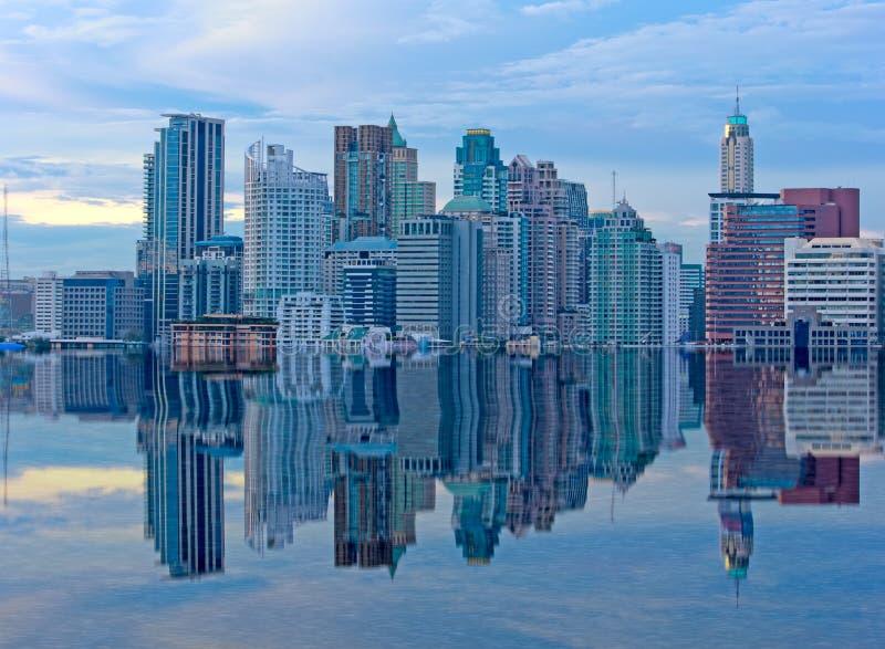 Edificio en la reflexión mega de las inundaciones fotografía de archivo libre de regalías