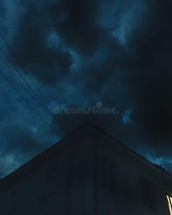 Edificio en oscuridad foto de archivo