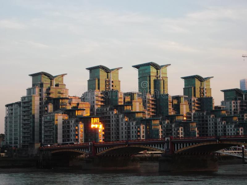 Edificio en St George Wharf imagen de archivo libre de regalías