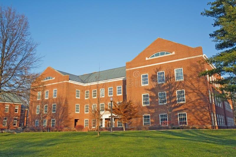 Edificio en un campus de la universidad en Indiana fotos de archivo