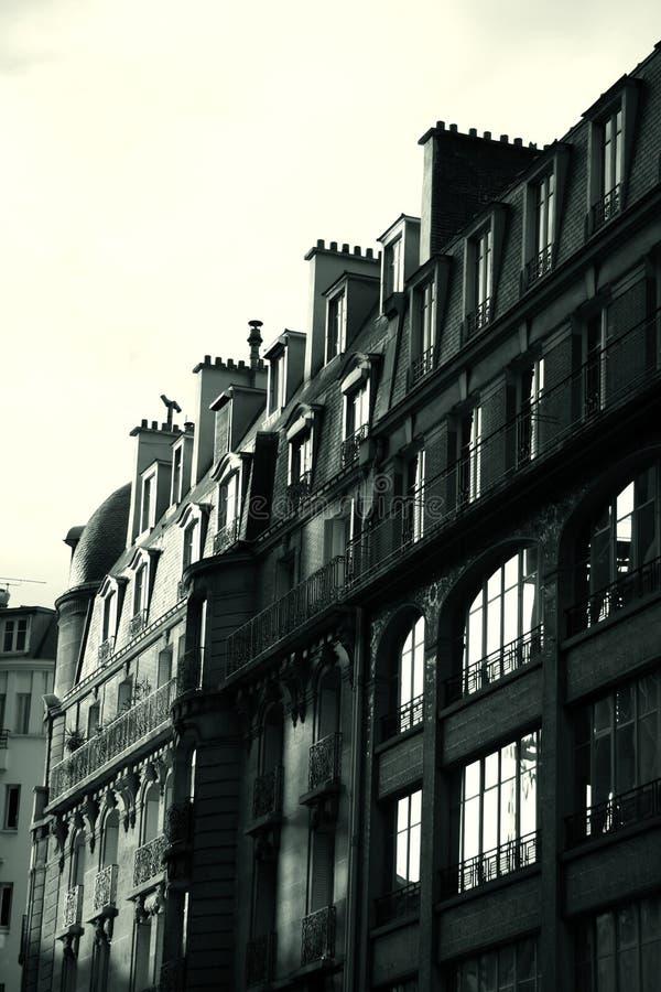 Edificio francés blanco y negro - levantamiento del sol imagenes de archivo