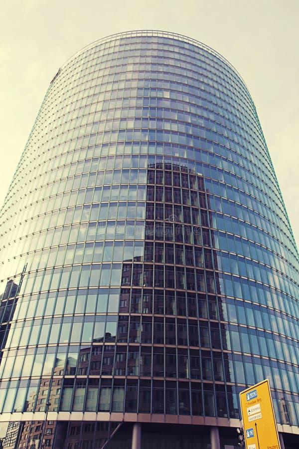 Edificio futurista de cristal en Potsdamer Platz en Berlín imagen de archivo