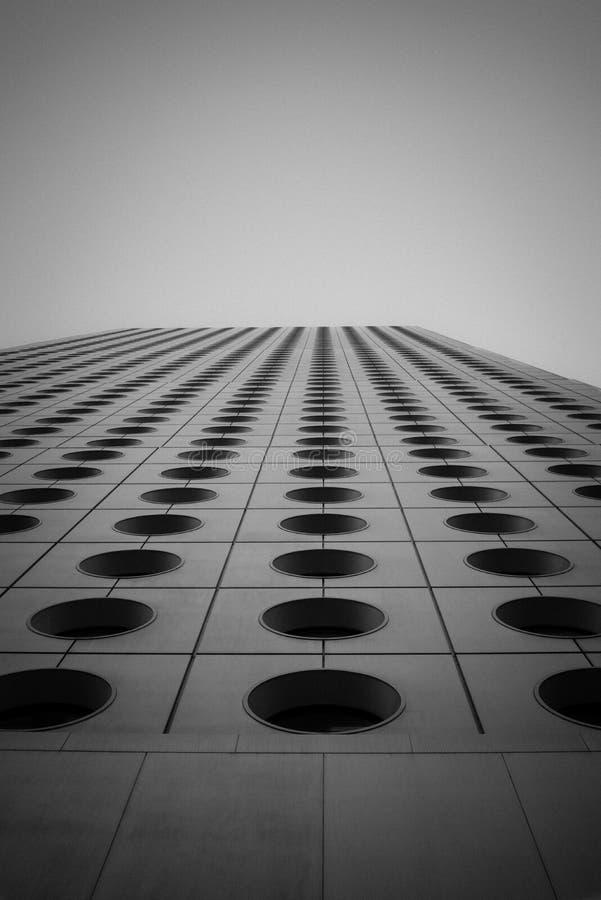 Edificio futurista infinito con windwos del círculo imagen de archivo libre de regalías
