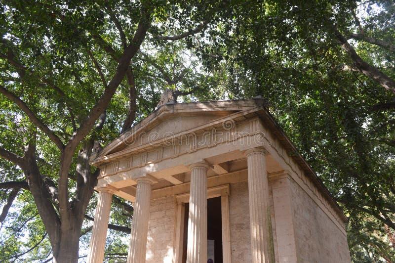 Edificio griego del estilo en un jardín botánico fotos de archivo libres de regalías