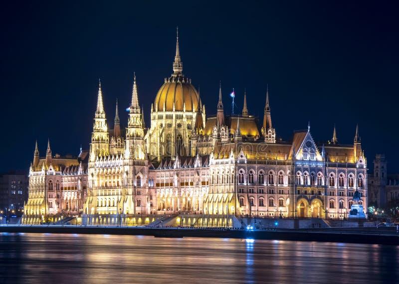 Edificio húngaro en la noche, Budapest, Hungría del parlamento fotos de archivo