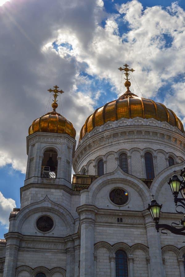 Edificio hermoso de la iglesia ortodoxa rusa Cubierto en bóveda del oro Cruces y decoración exterior Amor a dios imagen de archivo libre de regalías
