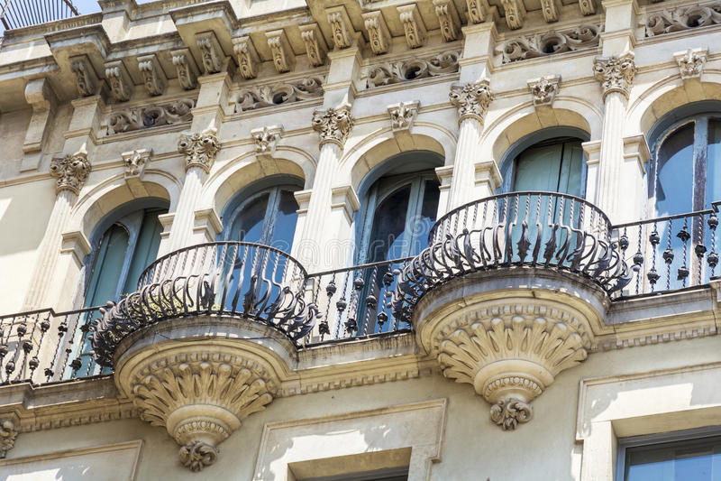 Edificio hermoso del balcón y del vintage en Barcelona, española fotos de archivo