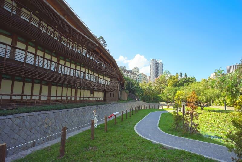 Edificio hermoso a lo largo de la calzada en el jardín fotos de archivo