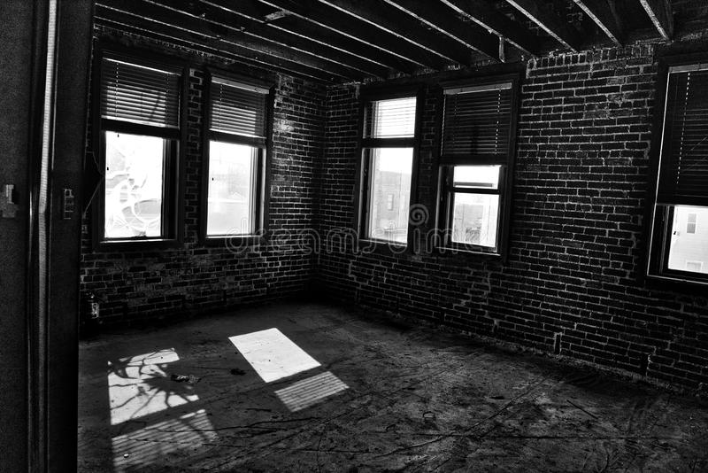 Edificio histórico abandonado y dilapidado en el interior - ventana quebrada y luz del sol fotos de archivo libres de regalías