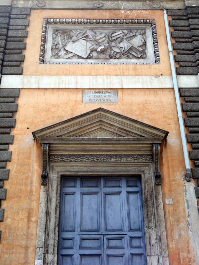 Edificio histórico de Roma con los arquitrabes de mármol clásicos imagen de archivo libre de regalías