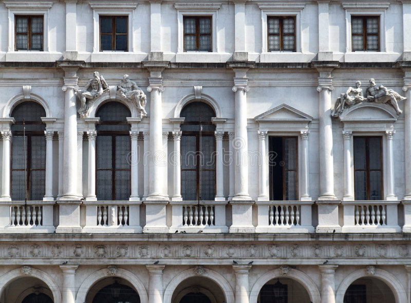 Edificio histórico en ciudad italiana fotografía de archivo