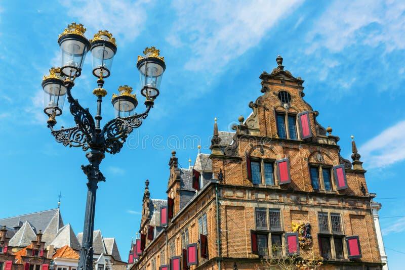 Edificio histórico en el gran mercado en Nimega, Países Bajos imagen de archivo
