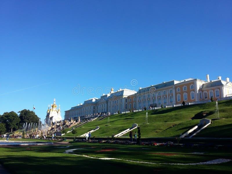 Edificio histórico en Petegroff, Rusia Verano Visi?n hermosa Visión inferior, panorama Verano imagenes de archivo