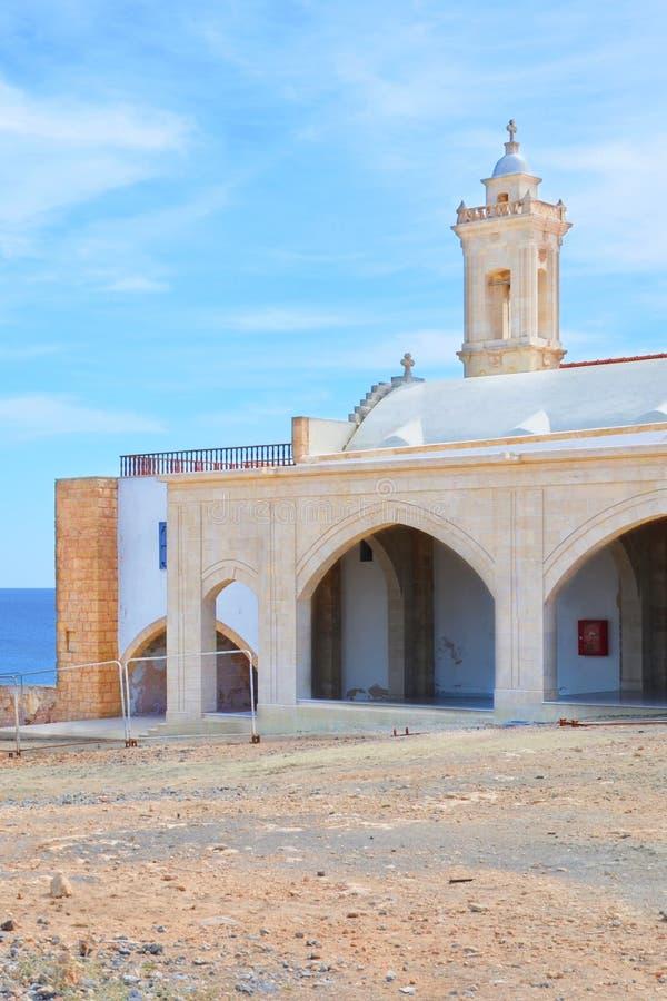 Edificio histórico hermoso de Apostolos Andreas Monastery, península de Karpaz, Chipre septentrional con el cielo azul arriba El  fotos de archivo libres de regalías