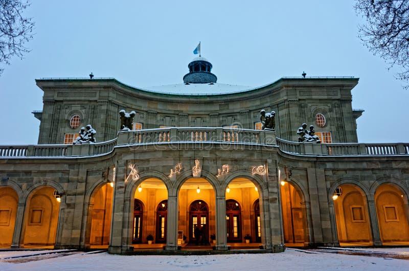 Edificio histórico Regentenbau en la Navidad por oscuridad fotografía de archivo libre de regalías