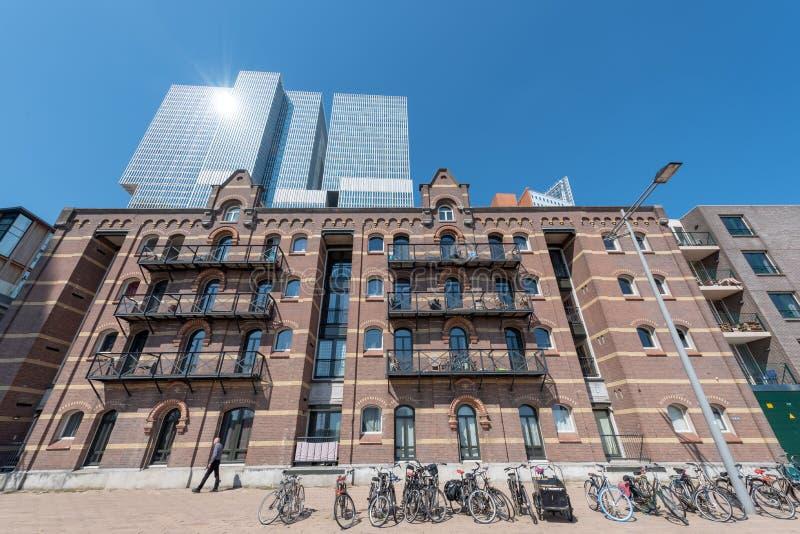 Edificio holandés antiguo y rascacielos del De Rotterdam foto de archivo libre de regalías