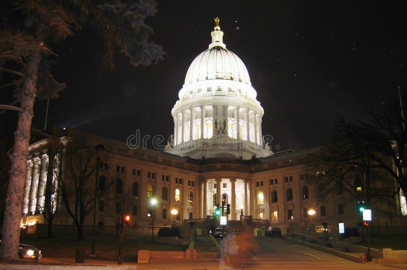 Edificio iluminado en una noche del invierno, Madison Wisconsin del capitolio foto de archivo