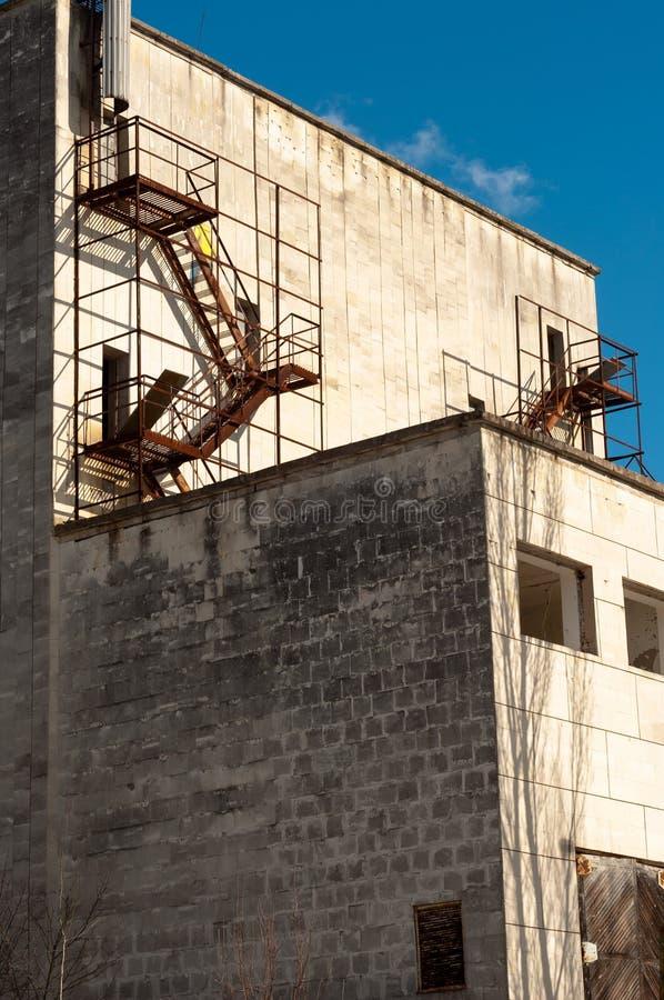 Edificio industrial abandonado en Chernobyl fotos de archivo