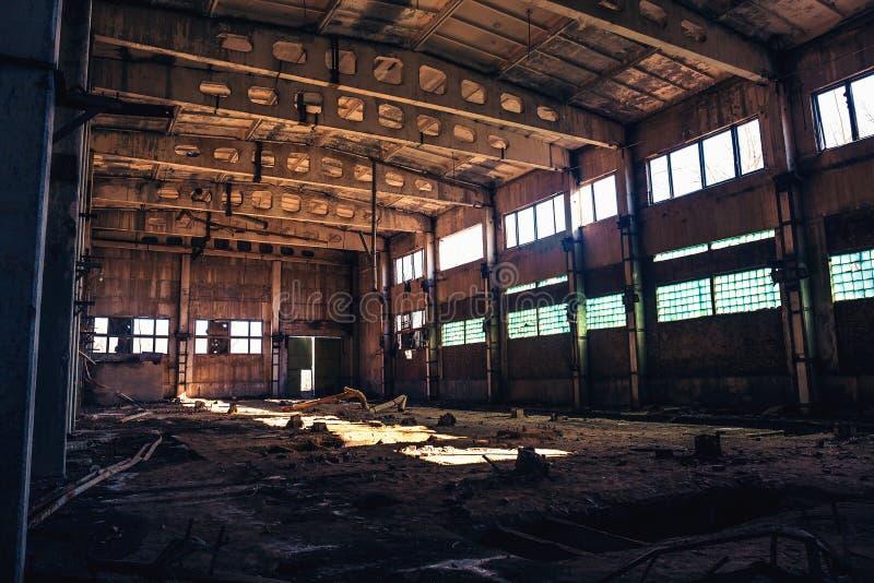 Edificio industrial arruinado abandonado de la fábrica, opinión del pasillo con perspectiva, ruinas y concepto de la demolición foto de archivo libre de regalías
