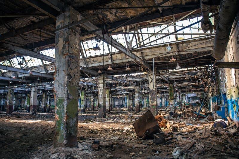 Edificio industrial arruinado abandonado del almacén o de la fábrica dentro, opinión del pasillo con perspectiva, ruinas y concep foto de archivo libre de regalías