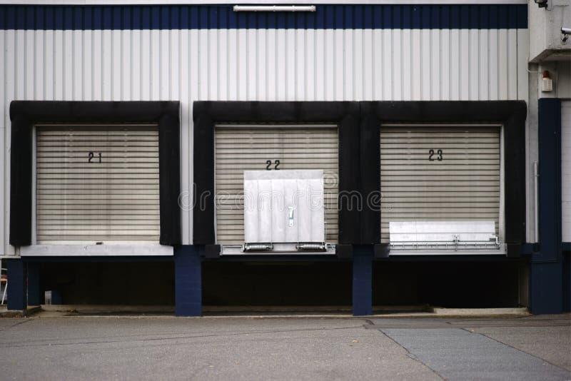 Edificio industrial de las rampas de cargamento imagenes de archivo