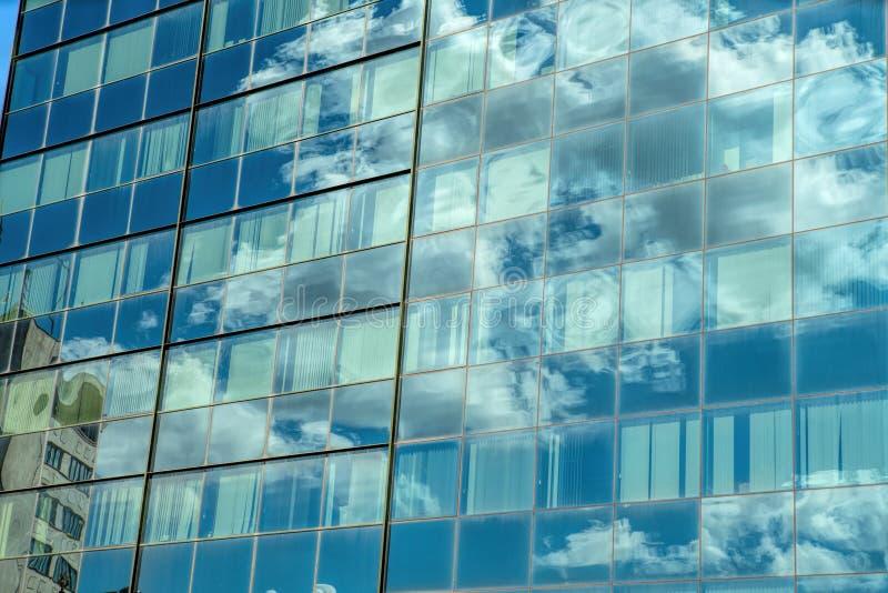 Edificio industrial moderno con el vidrio fotografía de archivo libre de regalías