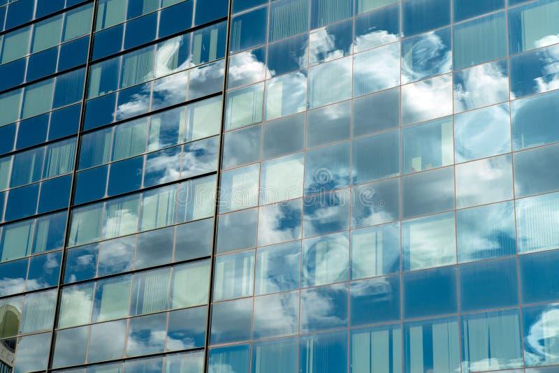 Edificio industrial moderno con el vidrio Reflexión de los wi del cielo azul foto de archivo libre de regalías