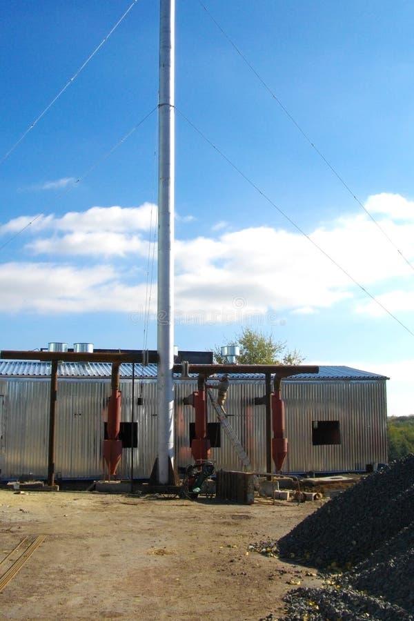 Edificio industrial técnico con un tubo largo Opinión afuera sobre un día soleado brillante fotografía de archivo libre de regalías