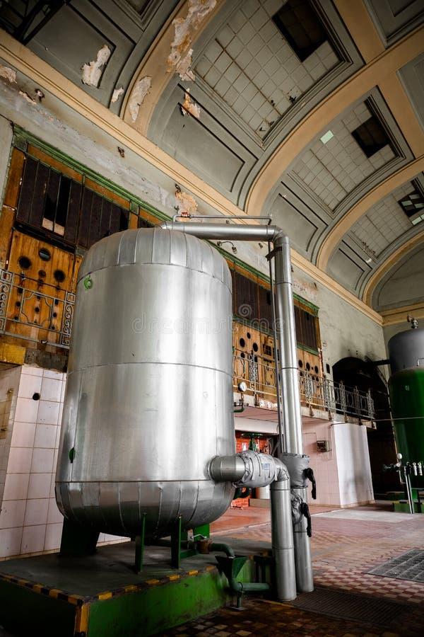 Edificio industrial viejo con un envase verde del metal imagen de archivo
