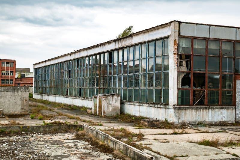 Edificio industrial viejo en decaimiento fotografía de archivo
