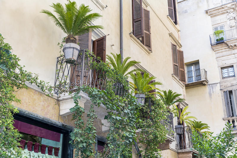 Edificio italiano del vintage hermoso con el balcón con las palmas imagenes de archivo