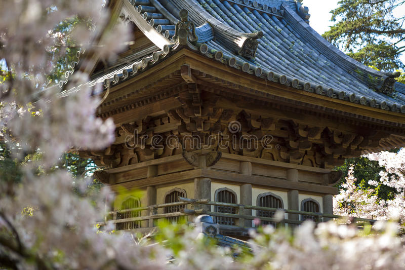 Edificio japonés en jardín imagen de archivo