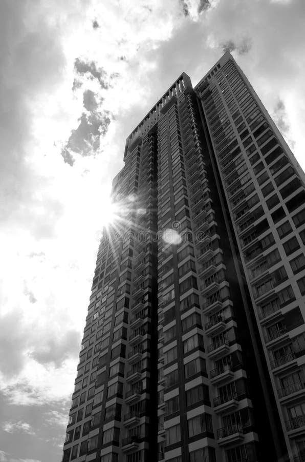Edificio ligero radial en blanco y negro imagenes de archivo