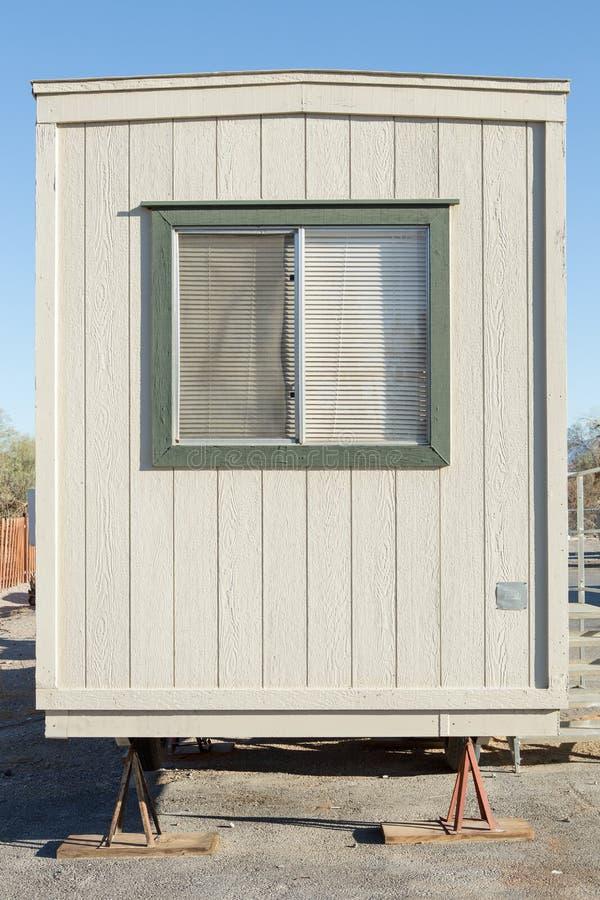 Edificio móvil en sitio industrial foto de archivo libre de regalías