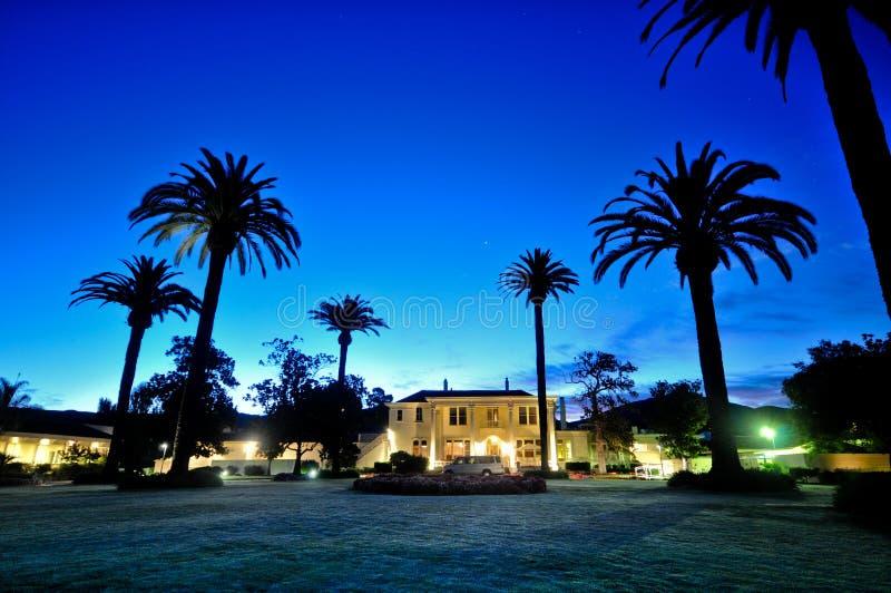 Edificio majestuoso con las palmeras imagen de archivo libre de regalías