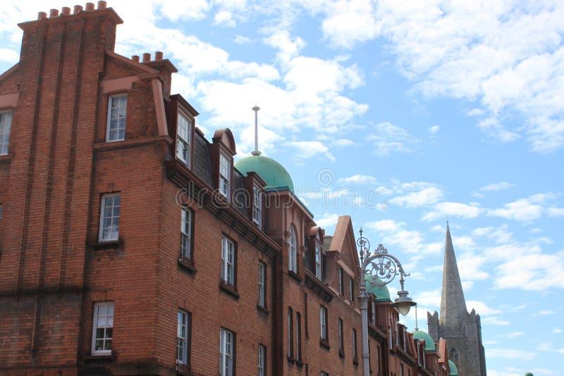 Edificio marrón de ladrillos en Dublin Irlanda imagen de archivo