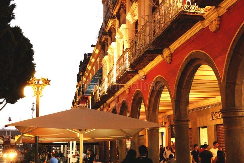 Edificio mexicano fotografiado en la puesta del sol fotografía de archivo
