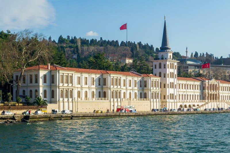 Edificio militar de la escuela secundaria de Kuleli con la torre y las banderas de Turquía en la orilla del estrecho de Bosphorus fotografía de archivo