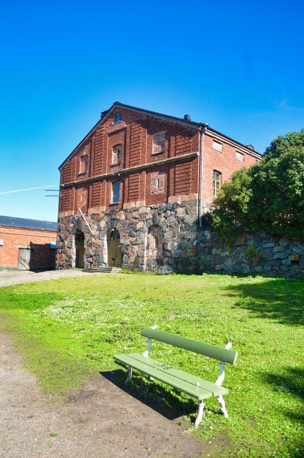Edificio militar viejo con el banco foto de archivo libre de regalías