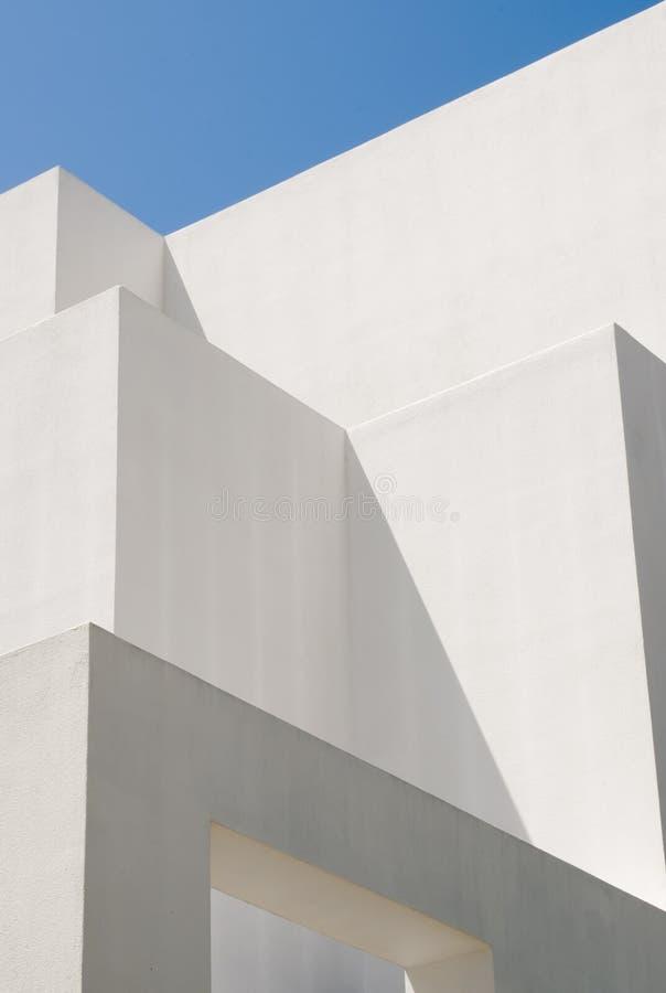 Edificio moderno blanco con los modelos abstractos imagenes de archivo