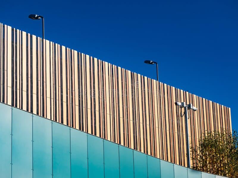 Edificio moderno con diversas texturas con el cielo azul brillante fotografía de archivo libre de regalías