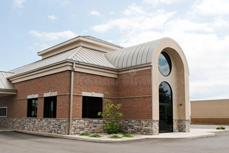 Edificio moderno con la entrada dolida fotos de archivo libres de regalías
