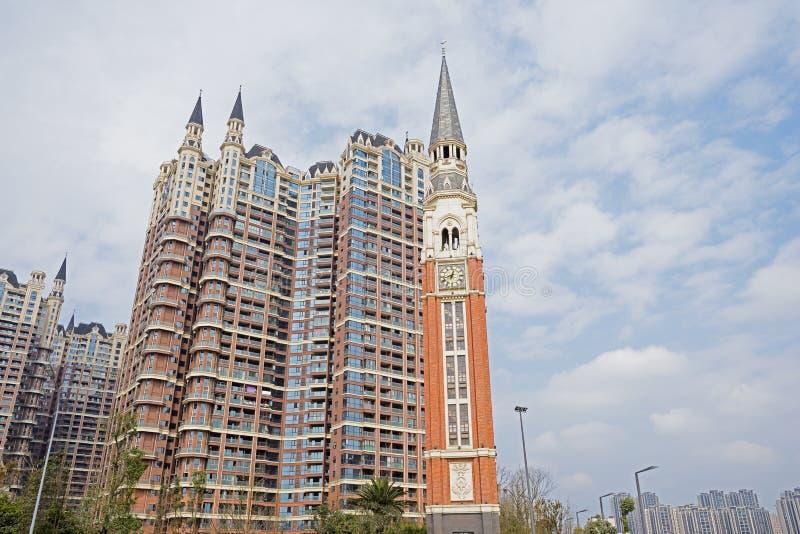 Edificio moderno con la torre de reloj y las agujas imagenes de archivo